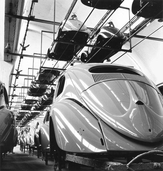 Peter Keetman: Lackierte Karosserien auf Transportgestellen, VW-Werk Wolfsburg 1953 © Nachlass Peter Keetman / Stiftung F.C. Gundlach