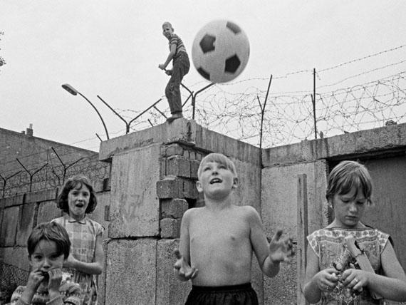 Thomas Hoepker: Kinder an der Berliner Mauer Elsenstraße, Berlin, 1963© Thomas Hoepker / Magnum Gallery, Paris