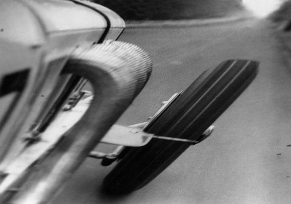 Mit über 200 Kilometer brausen wir die Gerade herunter. Aus: Caracciola der Sieger, 1931 © Ullstein Bild Collection