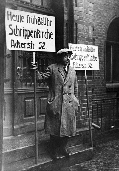 Plakatträger weisen auf den Gottesdienst hin.Aus: Sonntagsgottesdienst in der Schrippenkirche, 1920er Jahre© IBA-Archiv/ KEYSTONE