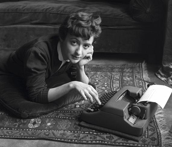 Sabine Weiss: Françoise Sagan chez elle lors de la sortie de son premier roman Bonjour tristesse, Paris, 1954