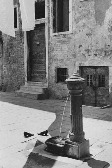Inge Morath: Vergessene Schuhe, Venedig, 1955