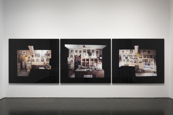 Akram Zaatari: Objects of Study / Studio Shehrazade - Reception Space, 2006C-prints, 3-teilig, je je 110 x 200 cmInstallationsansicht im MACBA Barcelona 2017Courtesy the artist and Thomas Dane Gallery, London © Akram Zaatari