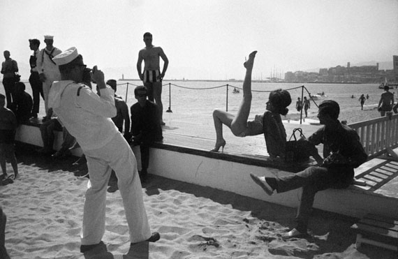 David Hurn, Amateur photographer photographs starlets at the Cannes film Festival, France, 1963 © David Hurn/Magnum Photos