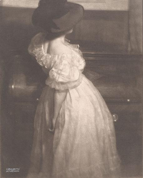 Heinrich KühnMiss Mary, 1908Gum dichromate over platinum print 29.3 x 23.3 cm (29.8 x 23.8 cm)Estimate € 8.000 - 10.000Lot 216 / Auction 1098 Photography