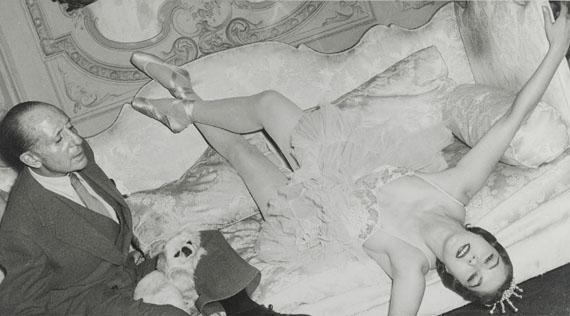Madame d'Ora: Marquis George de Cuevas mit Balletttänzerin, um 1955, Silbergelatineabzug, 17,4 x 21,5 cm © Museum für Kunst und Gewerbe Hamburg