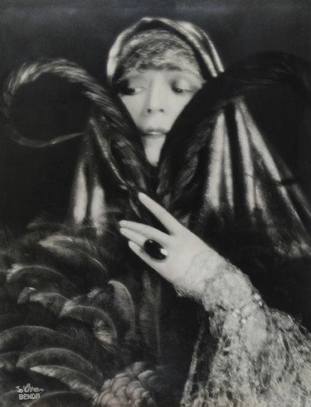 Atelier d'Ora, Die Operettendiva Fritzi Massary, 1923Silbergelatineabzug, 30,2 x 23,4 cm © Museum für Kunst und Gewerbe Hamburg