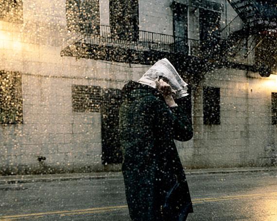 Clarissa Bonet, Caught in the Storm (aus der Serie City Space), 2011© Clarissa Bonet courtesy Catherine Edelman Gallery, Chicago