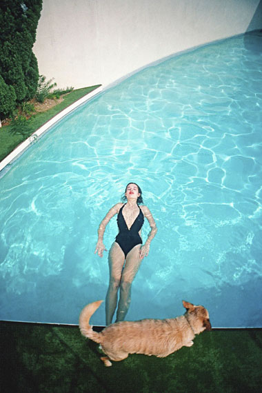 Willy Spiller: Swimming Cindy, Los Angeles, 1985, Archival Pigment Print, 80 x 110 cm, Edition 5 & 2 AP