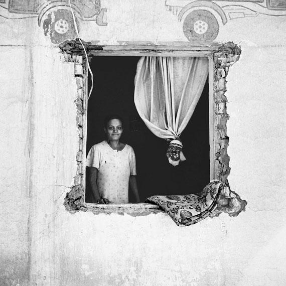 Sean Hemmerle, Housewife, Baghdad, Iraq, 2003, Gelatinsilverprint, 40 x 40 cm.© 2018 Sean Hemmerle, Courtesy of Galerie Julian Sander, Cologne