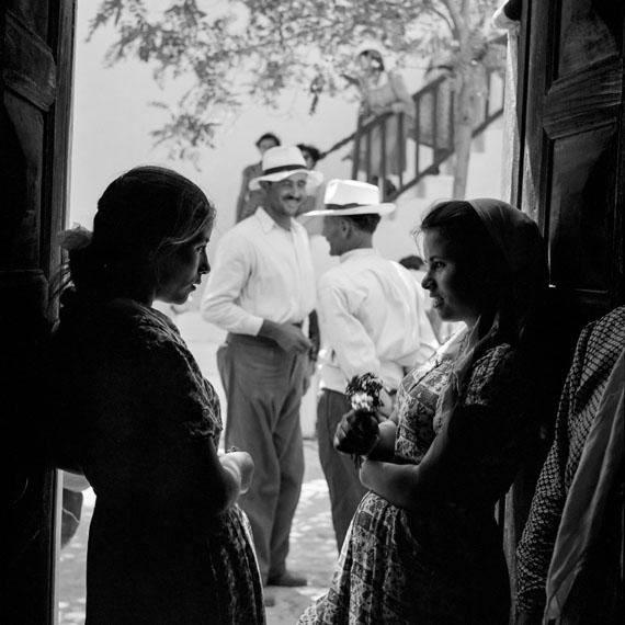 Robert McCabe: MYKONOS, conversation 1955 Analog Gelatin Silver print100 x 100 cm (39' 3/8 x 39' 3/8 inches)© Robert McCABE courtesy galerie SIT DOWN