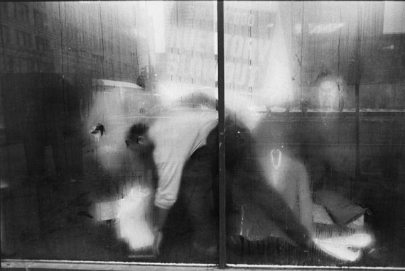 Tom Arndt, Man behind a store window, Chicago, 1990