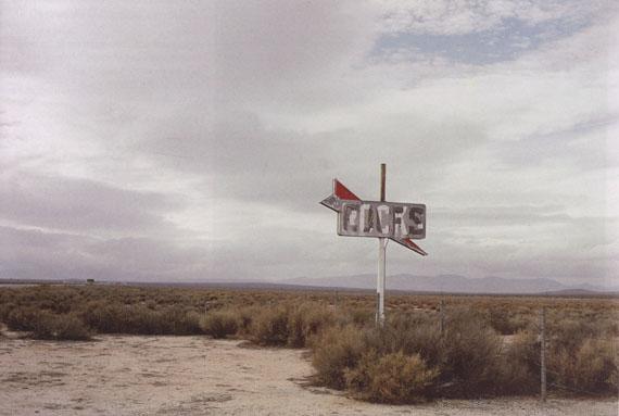 William Eggleston, UNTITLED, CALIFORNIA DESERT, 1999-2000 Courtesy Jörg Maaß Kunsthandel, Berlin