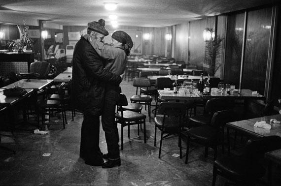 © Robert Lebeck: 'Romy tanzend mit Barde Glenmor', Quiberon 1981Courtesy Johanna Breede PHOTOKUNST