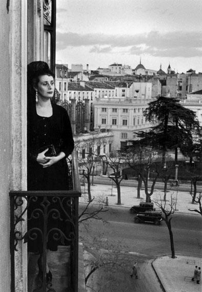 Inge MorathDona Mercedes Formica auf dem Balkon in der Calle de Recoletos, Madrid, 1955© Magnum Photos / Inge Morath Foundation / Fotohof archiv
