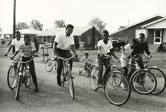 Steve Schapiro, Muhammad Ali and Boys with Bikes, Louisville, Kentucky, 1963, Edition 8/25, Silver Gelatine Print, 40 x 50 cm