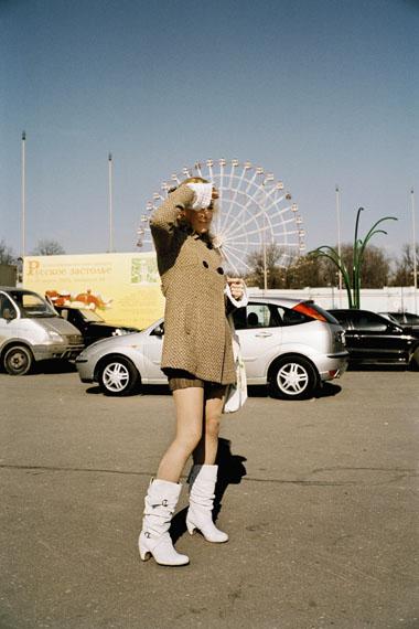 Andreas Herzau: Girl, aus der Serie: Moscow Street, 2008© Andreas Herzau / courtesy Galerie SOIZ