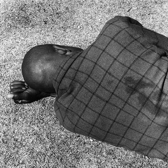 """""""Man Sleeping, Joubert Park, Johannesburg"""", from Particulars, gelatin-silver print, 1975 © David Goldblatt, Collection Fotomuseum Winterthur"""