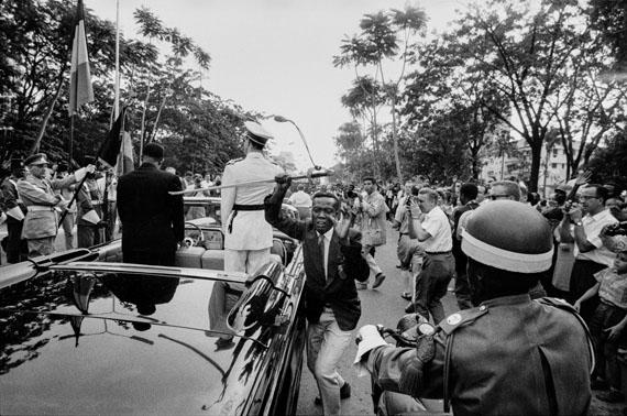 Ein Kongolese entreisst König Baudouin von Belgien den Degen, Feier zur Entlassung in die Unabhängigkeit, Leopoldville 1960© Archiv Robert Lebeck