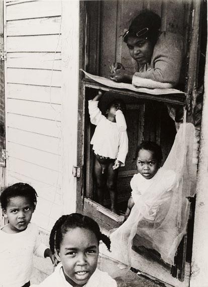 Thomas Hoepker: Mutter mit ihren Kindern im ländlichen Florida, 1963, Silbergelatineabzug, 48,4 x 35,2 cm© Thomas Hoepker/Magnum Photos