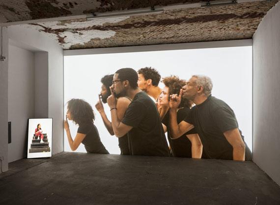 Grada Kilomba, ILLUSIONS Vol. II, OEDIPUS, 2018, 2-Kanal-Video, Farbe, Ton, 32′, Installationsansicht, KW Institute for Contemporary Art, Berlin, Courtesy Grada Kilomba; Goodman Gallery, Johannesburg/Cape Town, Foto: Timo Ohler