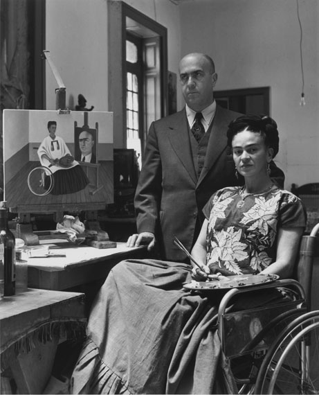 Gisèle Freund: Frida Kahlo and the doctor Juan Farill at her home in Coyoacán, Mexico City, circa 1951 Courtesy: Collection of Dr. Marita Ruiter, Galerie Clairefontaine Luxembourg