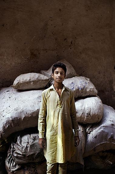 Kai Löffelbein: India, Dehli. Ein junger Mann posiert fürr ein Portrait.