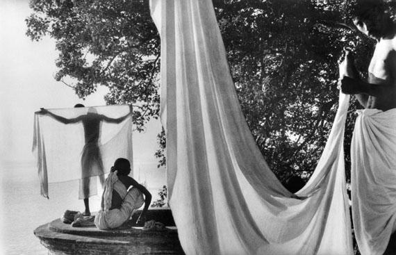 Marc Riboud: Am Ufer des Ganges, Bénarès, Indien, 1956 © Marc Riboud