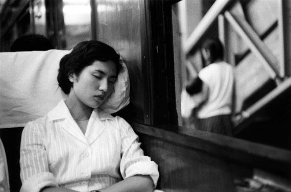 Marc Riboud, Im Vorortzug von Tokio, 1958, © Marc Riboud