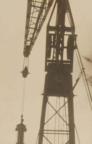 Germaine KrullOhne Titel (aus der Serie: Métal), um 1926Vintage, Gelatinesilberabzug22 x 14,3 cmSchätzpreis 7000-9000 EUR