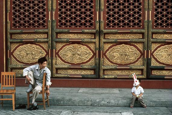 © Thomas Hoepker: Verbotene Stadt, Peking. Museumsaufsicht und Sohn. 1984