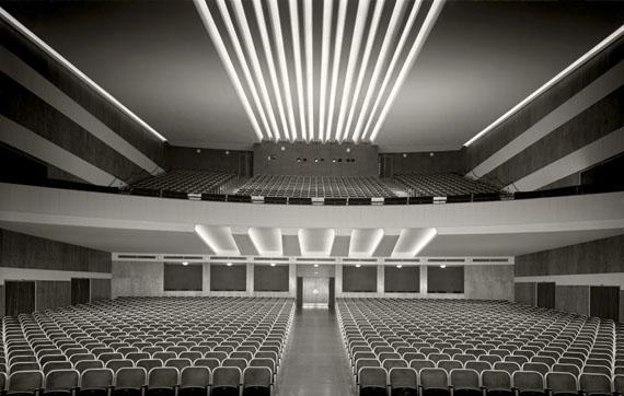 Karl-Hugo Schmölz: Körfer, Capitol-Theater, Dortmund, von Bühne auf Balkon und Eingang, quer, 1950© Archiv Wim Cox