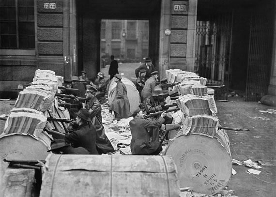 Machine-gun post behind barricades consisting of newspaper rolls in front of the Mosse building on Schützenstraße, 1/11/1919© Staatliche Museen zu Berlin, Kunstbibliothek – Photothek Willy Römer / Willy Römer
