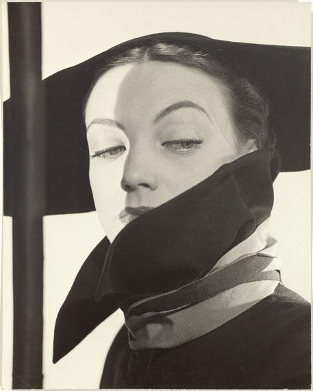 ERWIN BLUMENFELD (1897-1969)Hat Fashion, Dior, New York, 1946.Gelatin silver print. Vintage.33 × 26.7 cm.Under passepartout, framed.CHF 20 000 / 30 000 | (€ 16 670 / 25 000)