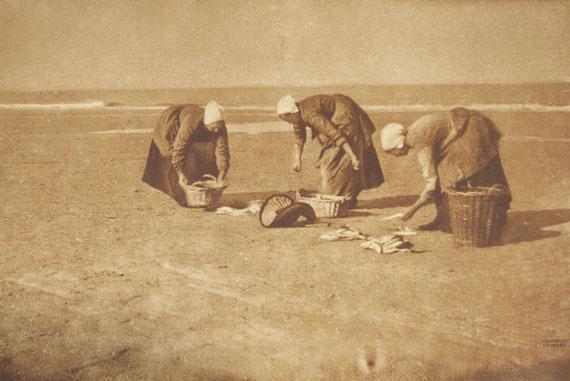 Heinrich KühnUntitled (Washwomen on the beach, Katwijk), 1897/98Combination gum dichromate print, printed 190147 x 71.2 cm€ 15,000 - 20.000Lot 14 / Auction 1120