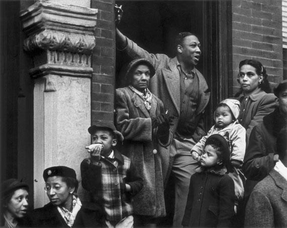 Dave Heath, Mummer's Parade, New Year's Day, Philadelphia, 1951 © Dave Heath / Collection Torosian, courtesy Howard Greenberg Gallery, New York, et Stephen Bulger Gallery, Toronto