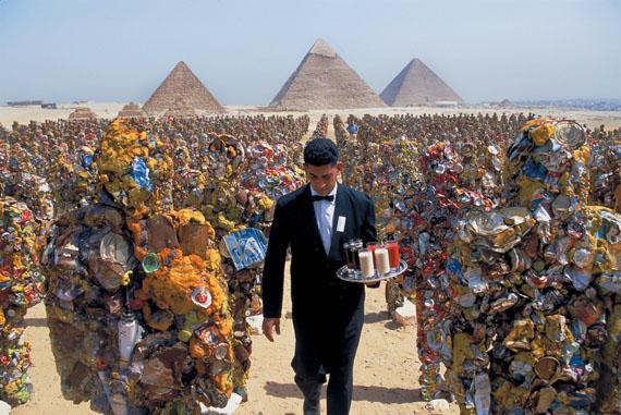 © Thomas Hoepker, Egypt 2002, Giza Pyramids with army of 1000