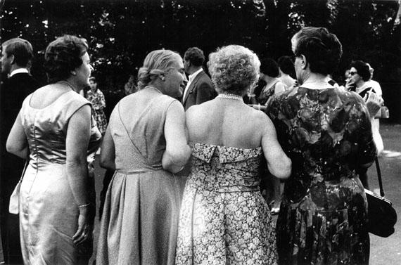 Festspielbesucherinnen in BayreuthStefan Moses, 1961© Elsa Bechteler-Moses
