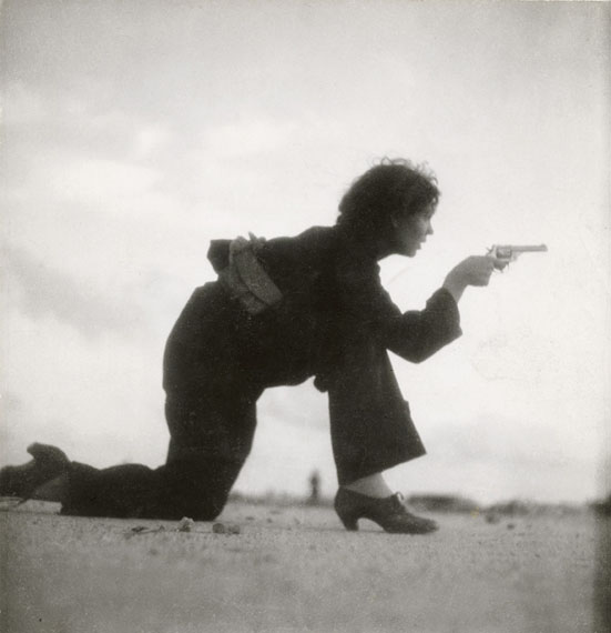 Gerda TaroInkjet printRepublican militiawoman training on the beach outside Barcelona, Spain, August 193618,4 x 17,8 cm© International Center of Photography, New York