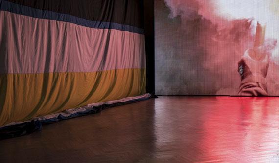 """Wermke / Leinkauf4. Halbzeit, 2017, Ausstellungsansicht""""3.Berliner Herbstsalon, Maxim-Gorki-Theater Berlin"""" © Wermke / Leinkauf, VG Bild-Kunst, Bonn, 2019"""