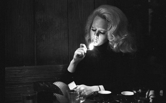 Willy Spiller: Lady Shiva on a cigarette break, Kontiki-Bar, Zurich, 1975, 42 x 60 cm, Edition 5 & 2 AP