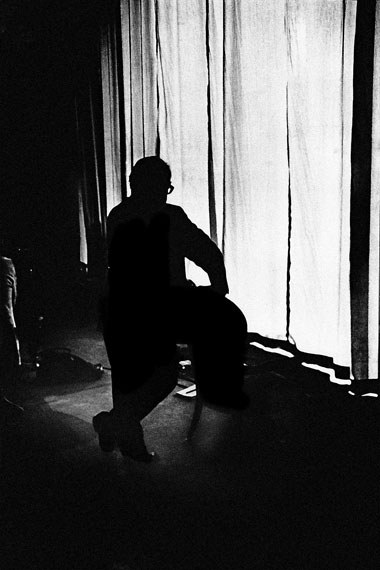 Willy Spiller: Max Frisch behind the curtain of the Schauspielhaus Zurichaward ceremony of the Schiller Prize, January 12th, 1974, 60 x 42 cm, Edition 5 & 2 AP