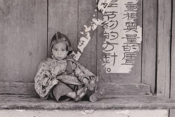 Agnès VardaChine, Enfant assis et slogan d'économie politique, 1957Vintage silver print30.0 × 38.0 Size (cm)© Agnès VardaCourtesy Galerie Nathalie Obadia