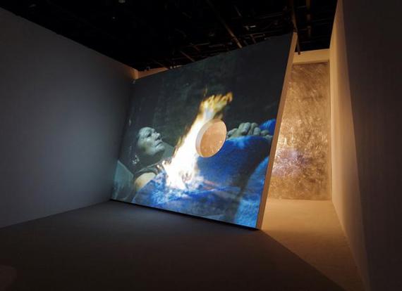 Apichatpong Weerasethakul et Tsuyoshi Hisakado, «Synchronicity», 2018. Single-channel video, sound, light bulbs, projector shutter, microphone, aluminium. Dimensions variables, 14 minutes 12 secondes en loop. Installation view at Mori Art Museum, Tokyo © Apichatpong Weerasethakul + Tsuyoshi Hisakado Courtesy of SCAI THE BATHHOUSE and OTA FINE ARTS. Biennale de Venezia