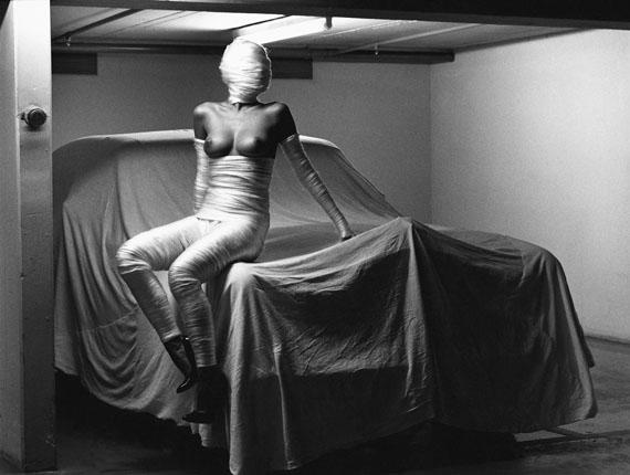 Helmut Newton: In my garage, Monte Carlo, 1986© Helmut Newton Estate
