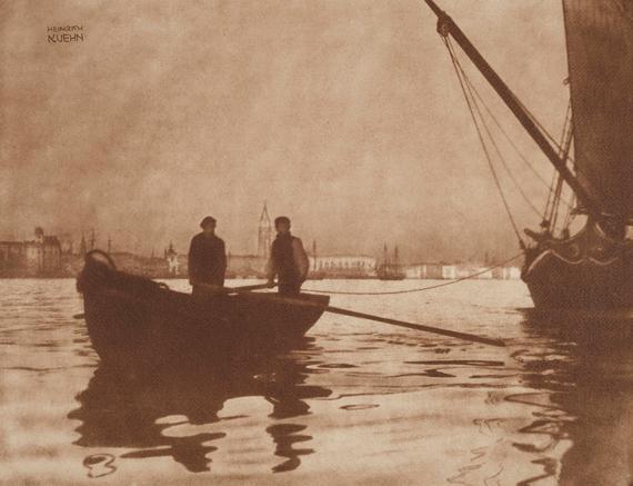 Heinrich KühnIn Bacino di San Marco, Venezia, c. 1898Gum dichromate print on structured water colour paper50.6 x 65.7 cm€ 20,000 – 30,000Lot 18 / Auction 1133 Photography