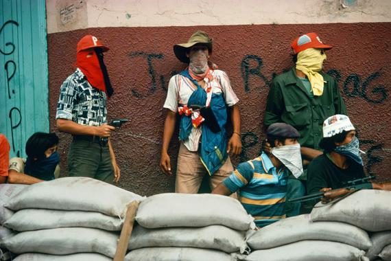 Susan Meiselas, Muchachos await the counter attack by the National Guard, NICARAGUA. Matagalpa, 1978-1979 © Susan Meiselas/Magnum Photos