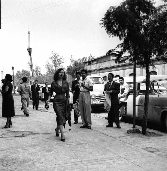 Nacho López. Una mujer guapa parte plaza por Madero, Ciudad de México, 1953 © Revista Siempre, Núm. 1, 27 de junio de 1953