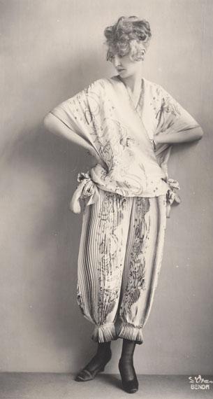 Madame d'Ora: Ein Morgengewand der Wiener Werkstätteentworfen von Eduard Josef Wimmer-Wisgrill, 1919 (Abzug später)Sammlung Frank, Landesgalerie Linz © Oö. Landesmuseum