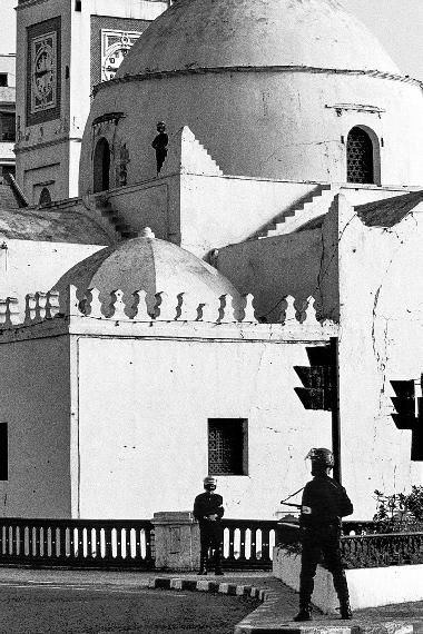 Michael von Graffenried, Mosquée Djamaa El Djedid sur la place des Martyrs, Alger, 1992Vintage gelatin-silver print, 30 x 40 cm© Michael von Graffenried, Courtesy Galerie Esther Woerdehoff